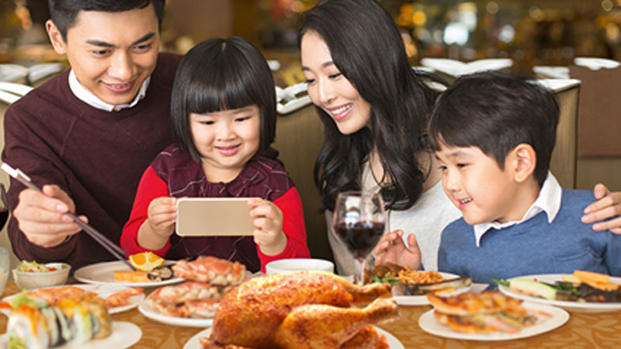 Free Dining eGCs worth Php1,500 when you get a new HSBC Gold Visa Cash Back or HSBC Red Mastercard; image used for HSBC Homepage.