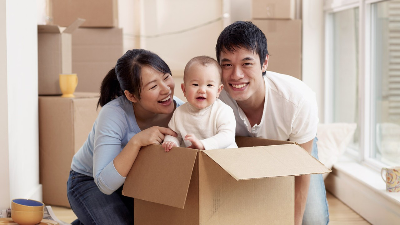 Parents with toddler in a cardboard; image used for HSBC Philippines Mortgages