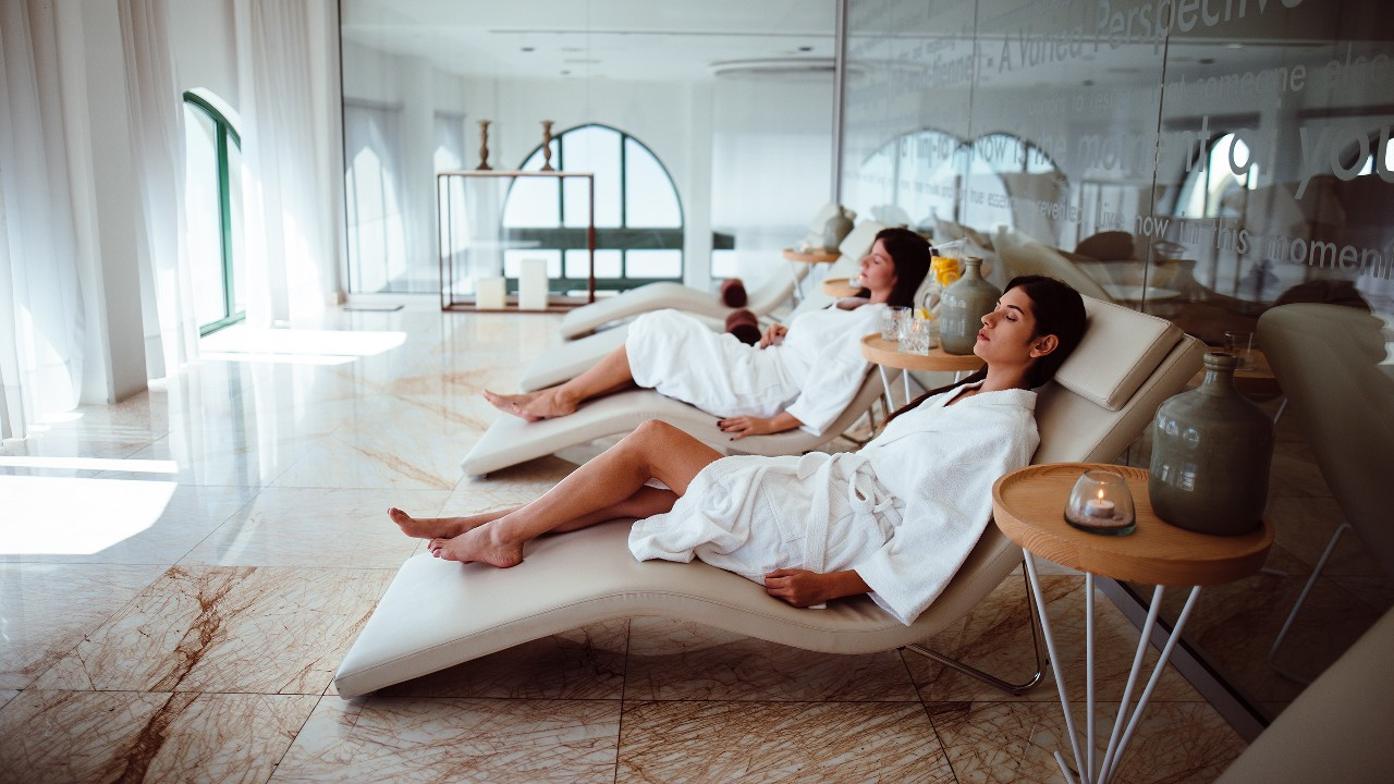 Women relaxing at a beauty spa; image used for HSBC Philippines Red Hot Deals Beauty and Wellness page