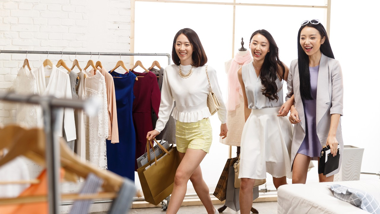 Friends walking into a clothing store; image used for HSBC Philippines Red Hot Deals Shopping page