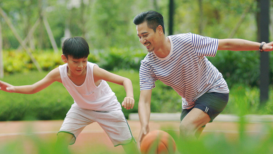 Father and son playing sports outdoor; image used for HSBC Philippines Premier Wealth page